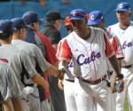 Víctor Mesa (C), director técnico de los cubanos, saluda al equipo estadounidense, al concluir el quinto juego del tope amistoso entre el equipo universitario de Estados Unidos y el equipo Cuba de béisbol, en el estadio Latinoamericano, en La Habana, el 9 de julio de 2012. AIN FOTO/Marcelino VAZQUEZ HERNANDEZ/ypp